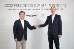 왼쪽부터 제네시스 브랜드 장재훈 사장과 크리스찬 하디 PGA투어 수석 부사장이 프레지던츠 컵 협약식에서 기념 촬영을 하고 있다
