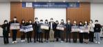 영업마케팅총괄본부 정창석 상무(왼쪽에서 다섯 번째), 기획조정실 이용운 상무(여덟 번째), 관리본부 주광옥 상무(열한 번째) 외 수상자들이 기념 사진을 촬영하고 있다
