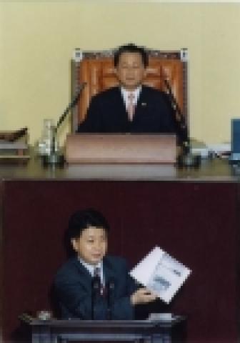 2004년 7월 임시국회에서 대정부질문을 하고 있는 노웅래 의원[사진제공 : 의원실]