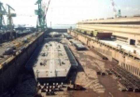 중형 선박건조 부문에서 세계 1위의 건조 메이커인 (주)현대미포조선(대표 최길선)이 신조선 진출 9년만에 수리업에서 완전히 손떼고 선박 건조업에 집중한다. 이 회사는 지난 4일 중...