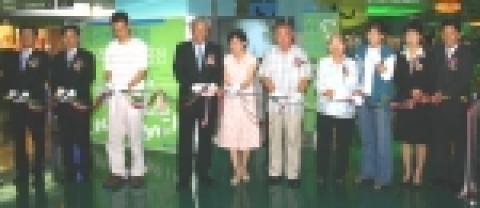 푸르덴셜생명 황우진 대표와 고객들이 삼성동 코엑스 호수길에서 열린 고객사진전 개막을 알리는 테이프를 자르고 있다.