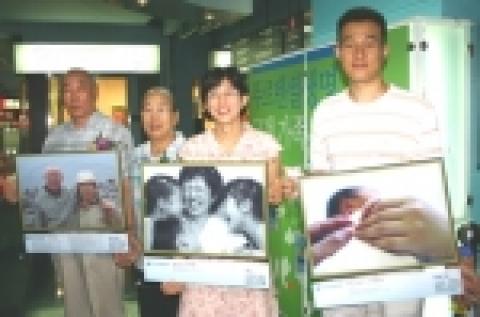 푸르덴셜생명이 주최한 <러브패밀리> 가족 사진전에서 황우진 대표가 수상자들과 함께 포즈를 취하고 있다. 좌로부터 사진 속 주인공들인 3등 박수미씨 부모님, 1등 최명선씨...