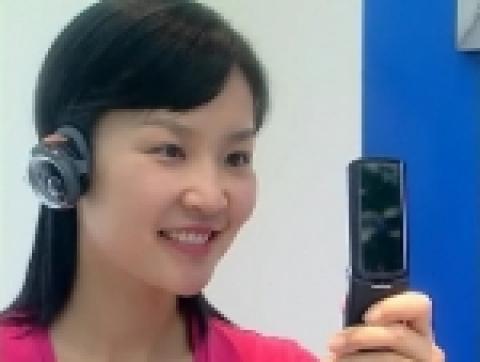 모토로라는 휴대폰 업계에서 또 하나의 '디자인 혁명'을 일으킬 신제품 '모토 크레이저(MOTOKRZR)'와 '모토뷰(MOTOVIEW)' 2종을 ...