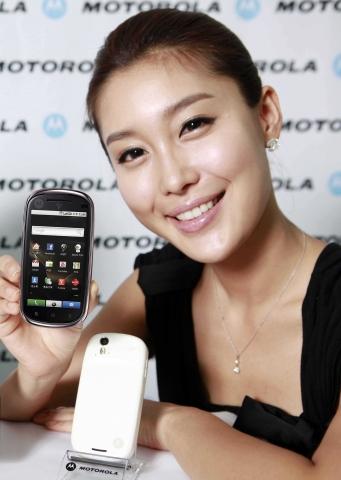 스마트 앤 스타일리시 모토로라 안드로이드 탑재폰 모토 글램(MOTO GLAM) 출시