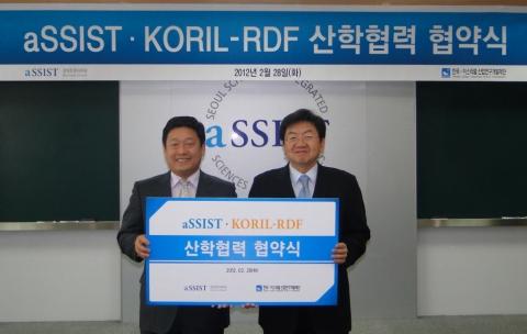 한국-이스라엘산업연구개발재단 김한주 사무총장(좌)과 aSSIST(서울과학종합대학원) 이남식 총장(우)이 기념 촬영을 하고 있는 모습