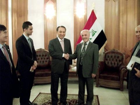 강덕수 STX그룹 회장(사진 가운데 왼쪽)이 지난 7일 이라크를 방문, 바그다드 부총리관저에서 알 샤리스타니(Hussain Al-Shahristani, 사진 가운데 오른쪽) 이라크...
