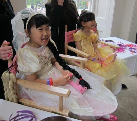 월트디즈니가 지난 20일 주최한 '라푼젤의 로얄 티파티(Rapunzel's royal tea party)'에 참가한 '정하은'양이 라푼젤과 같은 긴 머리 분장을 하고 라푼...