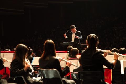 김준 STX다롄 통관팀장의 지휘 아래 제6회 정기연주회를 진행하고 있는 다롄 청소년 오케스트라