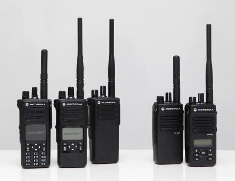 모토로라솔루션이 선보인 산업용 디지털 무전기 모토터보(MOTOTRBOTM)의 최신 제품라인.(좌측부터) 차세대 산업용 디지털 휴대용 무전기 XiRTM P8600 시리즈와 XiRTM...