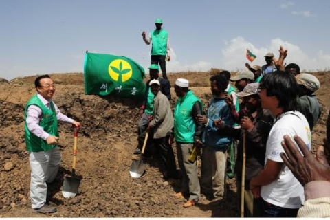 Gov. Kim Kwan Yong of Gyeongsangbuk-Do is joining villagers in Handode, Ethiopia to build a reservoi...