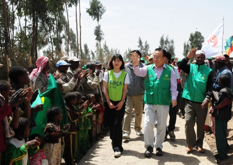 Villages in Handode, Ethiopia are greeting Kim Kwan Yong, Governor of the Gyeongsangbuk-Do(March 20,...