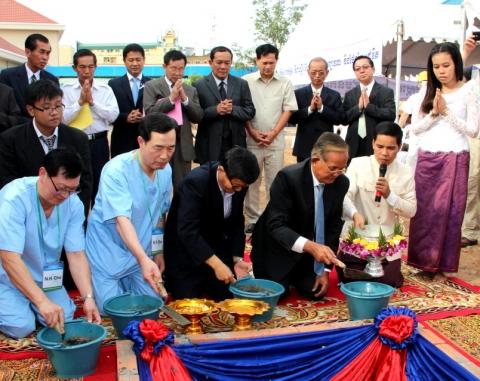 대한당뇨병학회 이사장, 캄보디아 복지부 차관 등이 국립당뇨병센터 기공 축하 의식에 참석하고 있다