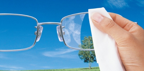 미세먼지로부터 눈을 보호하기 위해 보호안경이나 시력교정을 위한 안경렌즈 착용자들은 유해환경으로부터 안경렌즈 관리에 각별히 주의를 기울여야 한다.