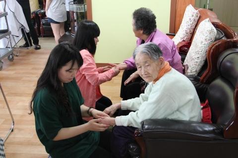 5월 가정의 달을 맞아 신안산대학교와 SK 커뮤니케이션즈는 안산시 단원구 초지동에 위치한 대한노인종합센터에서 사랑나눔 이미용 봉사활동을 가졌다.