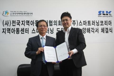 협약식 사진,(좌)이돈주 전지협 이사장,(우)김우식 SLK 대표