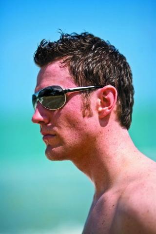 자외선 유입량에 따라 색이 변하는 트랜지션스 변색렌즈는 안경 하나로 선글라스의 효과까지 볼 수 있어 외근이 잦은 직장인들에게 유용하다.
