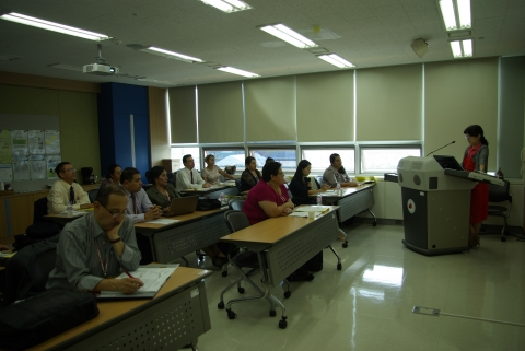 Latin America trainees are listen to professor Kim's lecture of the National Health Care Sy...