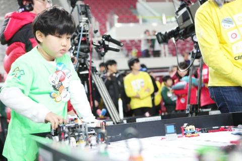 학생이 로봇 경기에 열중하고 있다.