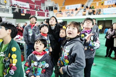 경기 전광판에 열중하는 관중