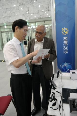 경기창조경제혁신센터가 23일 KOTRA 등과 함께 개최한 Global ICT Business Forum에서 창조경제혁신센터 추천을 참가한 '지티'가 외국인 바이어에게 제품을 설명하...