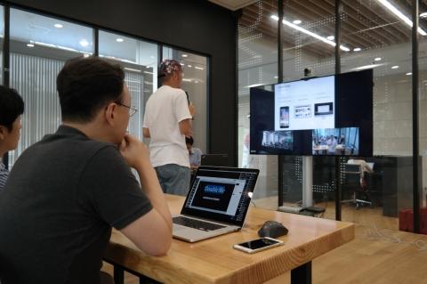 7월 30일 경기창조경제센터와 데모데이가 개최한 중국 원격화상 데모데이 행사에서 국내 스타트업이 중국의 벤처캐피탈을 대상으로 원격 시스템을 통해 투자 아이템을 설명하고 있다.