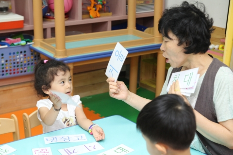 한글교육에 노래와 게임 등 다양한 방법을 적용하여 즐겁게 한국어를 익힐 수 있도록 눈높이 교육을 실시하는 광주고려인마을 어린이집 모습.