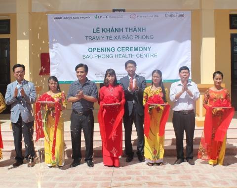 백종국 한화생명 베트남법인장(사진 오른쪽에서 네번째), Ho Xuan Dung (호 쭈언 둥) 까오퐁 현 부위원장(사진 오른쪽에서 두번째), Le Xuan Hoang(레 쭈언 호앙...