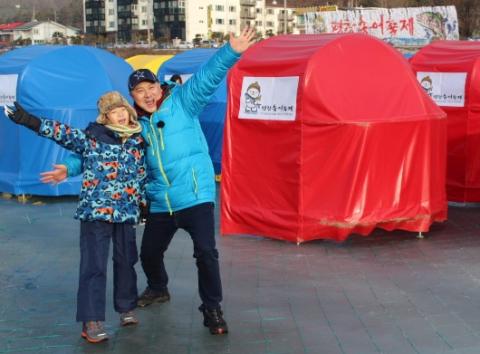 평창송어축제 홍보대사 활동중인 개그맨 염경환씨와 아들 은률군