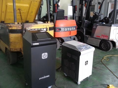 대용량 복원기 RPT-S500와 대용량 방전기 RPT-D10K로 전동지게차 배터리를 복원 및 방전하는 모습