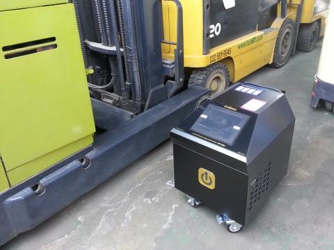 대용량 복원기 RPT-S600으로 전동지게차 배터리를 복원하는 모습