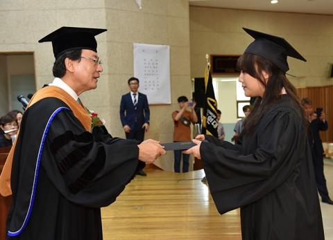 호원대학교 2015학년도 후기 학위수여식에서 졸업생에게 학위증을 수여하는 강희성 총장