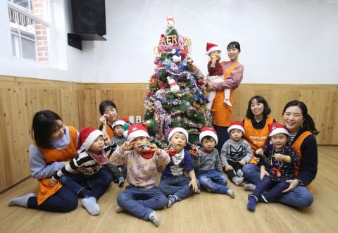 한화생명 맘스케어(MOM's Care) 봉사단 24명이 22일(화) 오후 결연 복지단체인 혜심원과 명진들꽃사랑마을을 찾아 아이들과 함께 크리스마스 트리를 만들고, 선물을 전달하는 ...