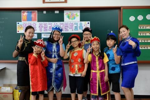 몽골 교사들이 한국 초등학교에서 수업하고 있다
