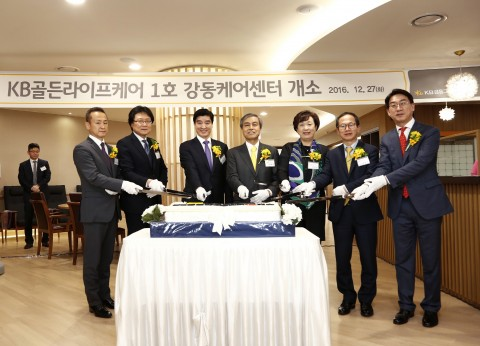 KB손해보험은 요양사업 목적의 자회사인 KB골든라이프케어를 12월 초 설립한 것에 이어 27일 서울시 강동구 성내동에 1호 사업장인 강동케어센터를 열고 개소식을 진행했다