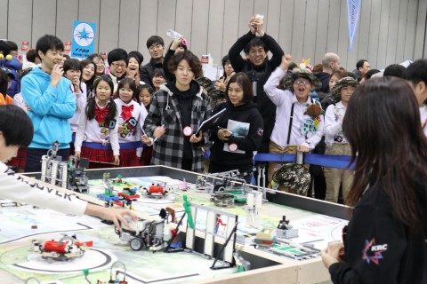 2016-2017 KRC FLL 로봇 퍼포먼스 부문의 참가자들과 응원 중인 참가팀