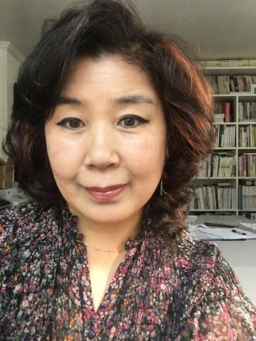 김은자 시인이 국내 유수의 시 전문지인 현대시학사를 통해 세 번째 시집 비대칭으로 말하기를 출간했다