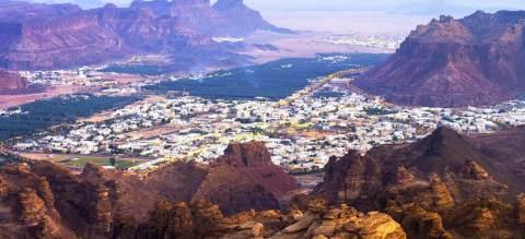 사우디 아라비아 북서쪽 알 울라에 위치한 이슬람 시대 이전의 고고학 유적지 마다인 살레가 내려다 보이는 산