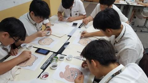 대원중 학생들이 에코백에 꾸밀 핫픽스를 열심히 만들고 있다
