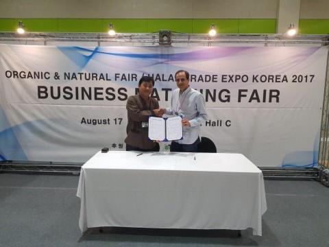 할랄화장품 생산업체 씨에치하모니 최성철 대표(좌)와 프랑스 화장품 수입업체 Avantis의 Maher el Malawi CEO(우)가 년간 30만달러 규모의 수출 MOU에 서명한 ...