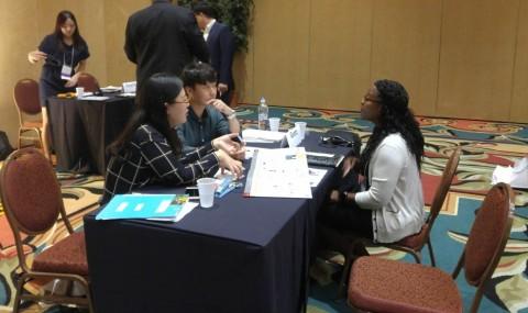 미국 공공사업 수출 상담회에 참가한 G-PASS기업 중 구츠가 현지 바이어와 상담을 하고 있다