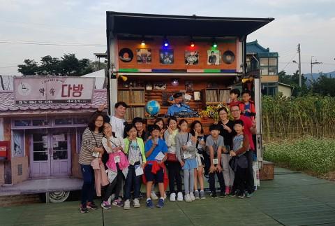 지역 문화 축제인 효석문화제에 참가한 가족들이 추억의 DJ박스 앞에서 사진 촬영을 하고 있다