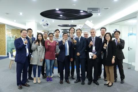 루이스 알베르토 모레노 미주개발은행 총재가 23일 K-ICT 본투글로벌센터에서 열린 한국 스타트업과의 대화 간담회에서 참석자들과 기념 촬영을 하고 있다