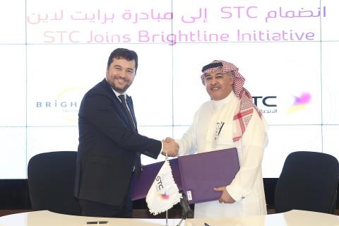 STC 그룹 CEO 칼레드 비야리 박사와 브라이트라인 상무이사 리카르도 바르가스가 계약서에 서명했다