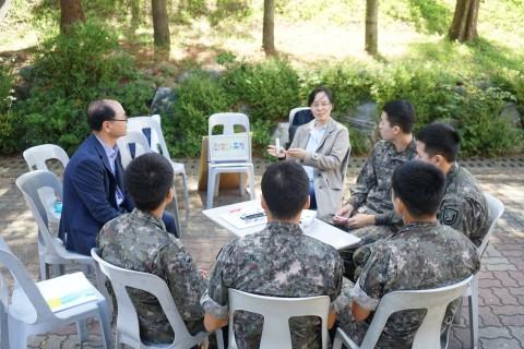 인생나눔교실의 멘토봉사단이 군부대의 장병들과 함께 멘토링을 진행하고 있다