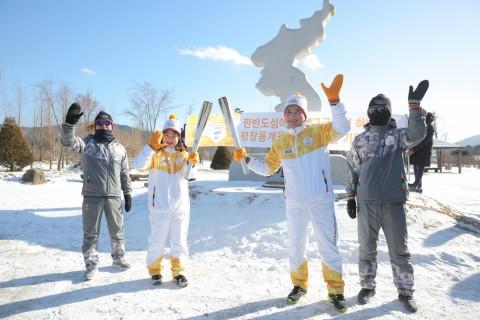 2018 평창 동계올림픽 경기장을 밝힐 성화의 불꽃이 23일 양구를 달리며 한반도와 전 세계의 평화를 기원하는 봉송을 실시했다