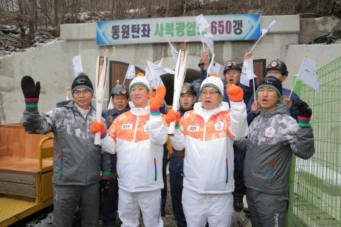 2018 평창 패럴림픽 성화봉송 주자가 성화를 봉송하고 있다