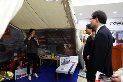 9일 국회의원회관서 박선영 구호활동가가 의원들에게 구호텐트를 소개하고 있다