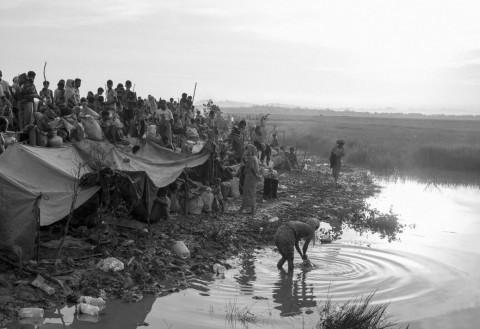 나프강을 건너 방글라데시 쪽으로 피난한 로힝야들이 모여있다