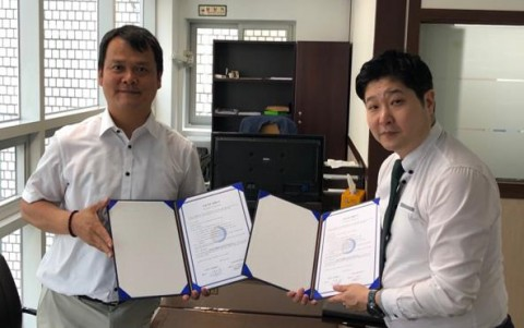 업무협약을 체결한 위딕스 김오남 회장(왼쪽)과 디글로벌홀딩스 안승혁 부사장