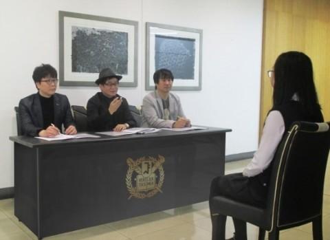 강남고도미술학원에서 비실기전형 지원자와 모의면접을 진행하고 있다